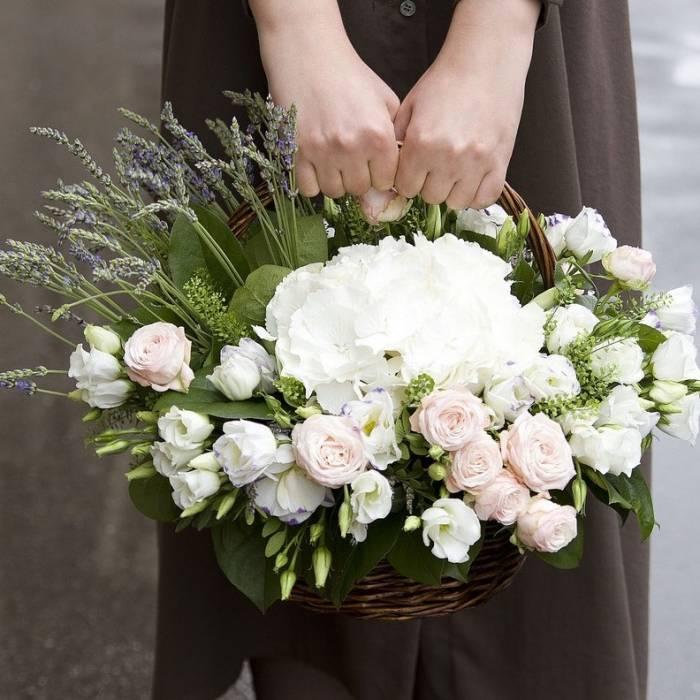 Сборная корзина с гортензией и розами R331