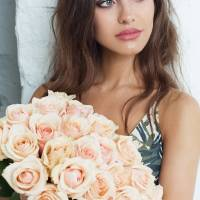 Букет 25 кремовых роз с лентами R006