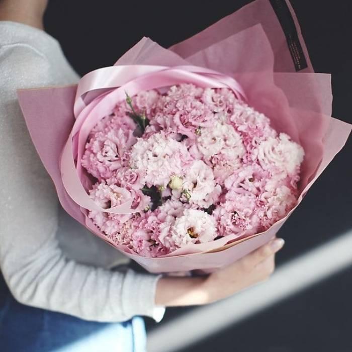 Букет 31 ветка розовой эустомы с оформлением R627
