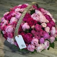 Сборная корзина 51 пион и пионовидная роза R009