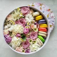 Коробка с цветами и макаронсами R004