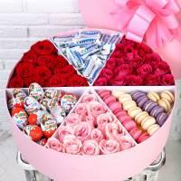 Коробка с макаронсами, цветами и сладостями R224