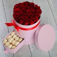 Коробка с красными розами и макаронсами R011