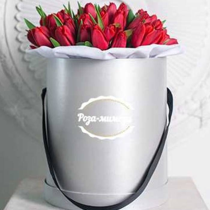 35 красных тюльпанов в шляпной коробке R006