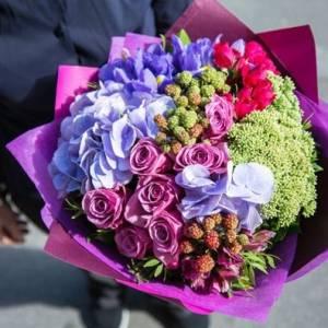 Сборный букет с кустовыми розами и гортензией R001