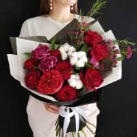 Сборный букет с красными розами в упаковке R011
