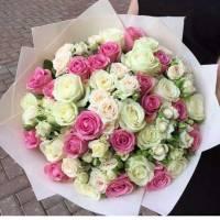 Сборный букет с белыми розами в крафте R025