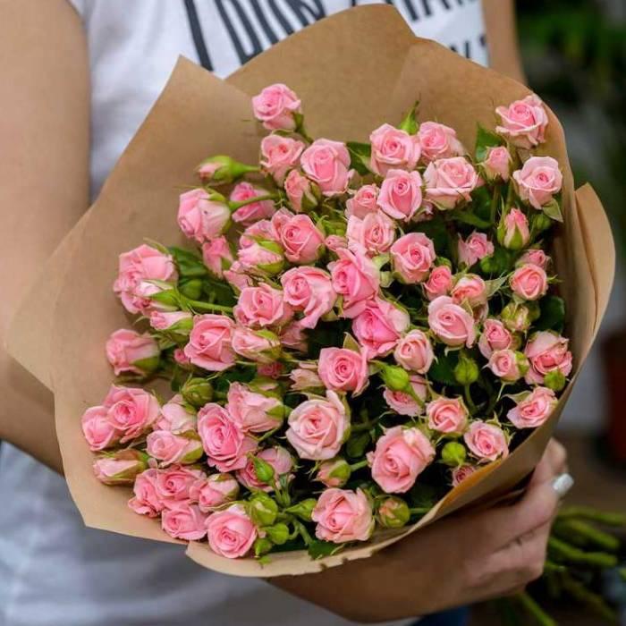 Букет 9 веток кустовой розы с упаковкой R015