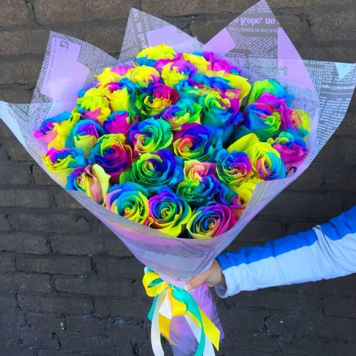 Букет 35 радужных роз в крафте R811