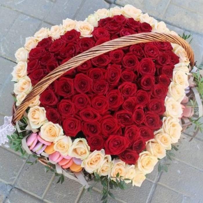 Большая корзина 151 роза сердце и макаронсы R001