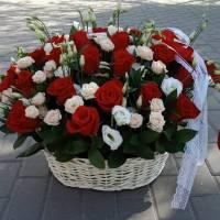 Сборная корзина роз и эустомы R001